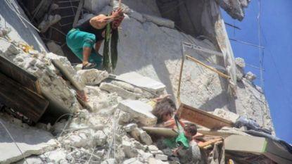 Schrijnende beelden tonen hoe 5-jarig Syrisch meisje haar zusje probeert te redden na luchtaanvallen