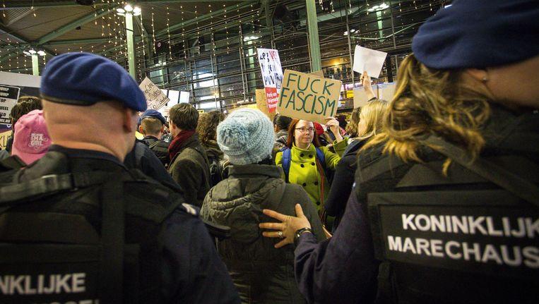 Nadat Donald Trump het inreisverbod bekendmaakte, werd op Schiphol tegen hem en zijn beleid gedemonstreerd. Beeld anp