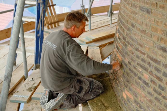 Metselaar van de firma Takkenkamp werkt aan molen De Doornboom in Hilvarenbeek