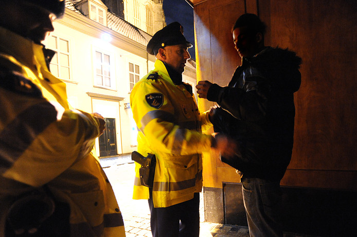 Een man wordt gefouilleerd in het centrum van Breda.