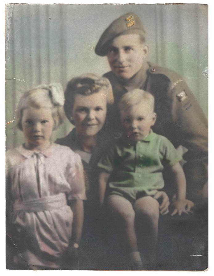 Soldaat Walter Webster, zijn vrouw Harriet met hun kinderen Marlene en Michael.  De kleindochter zoekt contact met het gezin bij wie haar opa in 1944 gelogeerd heeft.