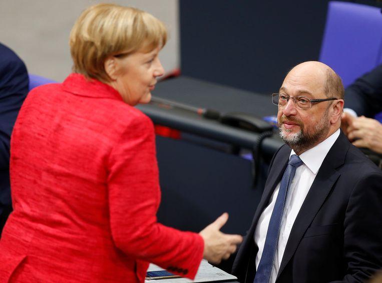 Angela Merkel en SPD-voorzitter Martin Schulz gisteren in het Duitse parlement.