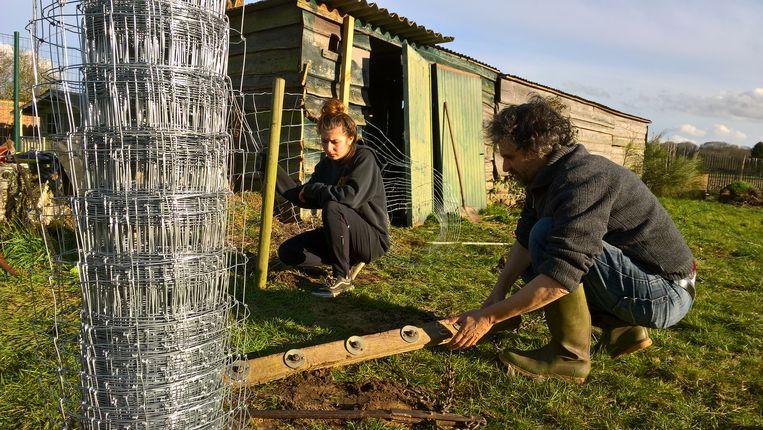 De leden gaan bij elkaar werken in de tuin...