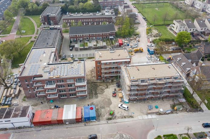 De bouw van de appartementencomplexen De Hoorn (links) en De Henry (rechts) is al een eind gevorderd.