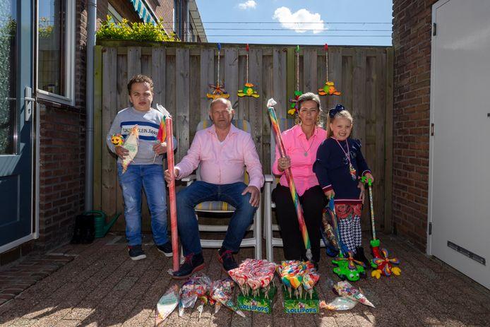 Henry Knoop met zijn vrouw Angela en hun twee kinderen.