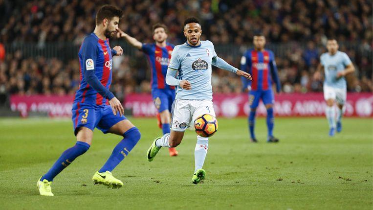 Théo Bongonda in actie tegen Gerard Piqué (FC Barcelona)