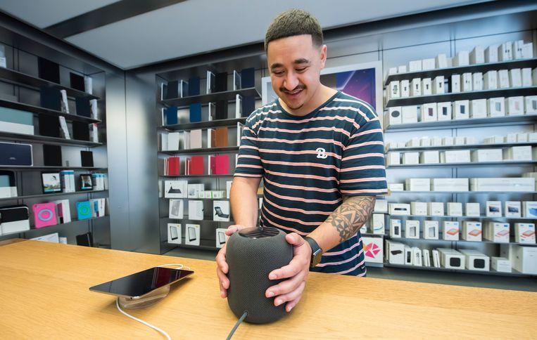 Van de HomePod van Apple, die in februari in de VS op de markt kwam, is nog geen Nederlandse versie.  Beeld Getty Images