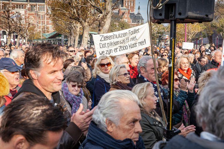 Enkele honderden mensen protesteren zondag op het Museumplein tegen de, in hun ogen, lakse houding van het kabinet bij de ondergang van het Slotervaartziekenhuis en de IJsselmeerziekenhuizen. Beeld Harry Cock/de VolkskrantCock