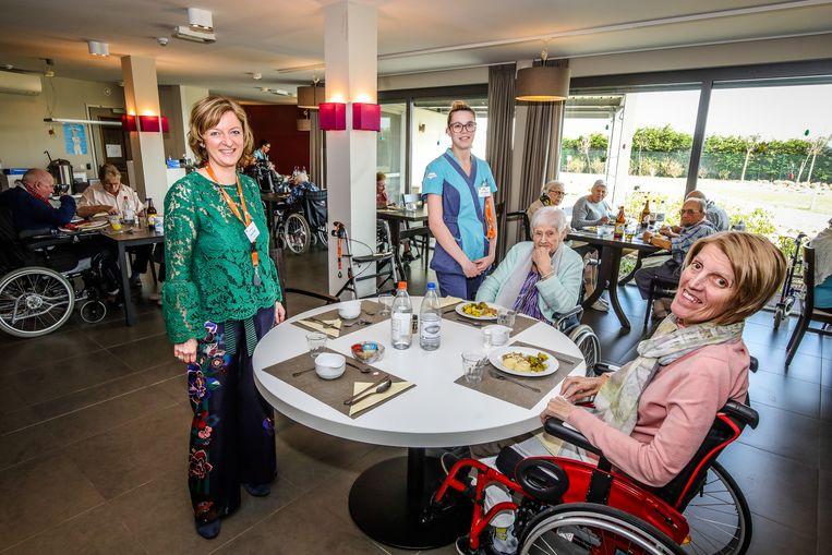 Martien Crombez (links) viert de vijfde verjaardag van Westduin met de bewoners en personeel.