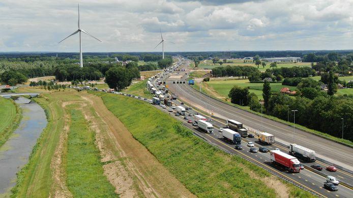 Net als eerder deze week staat het verkeer weer vast op de A1.