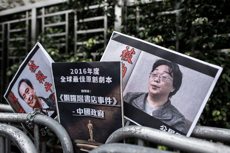 Borden met de in 2016 nog vermiste boekverkoper Lee Bo (links) en zijn collega Gui Minhai (rechts) die nu veroordeeld is tot een gevangenisstraf van tien jaar. Archiefbeeld.