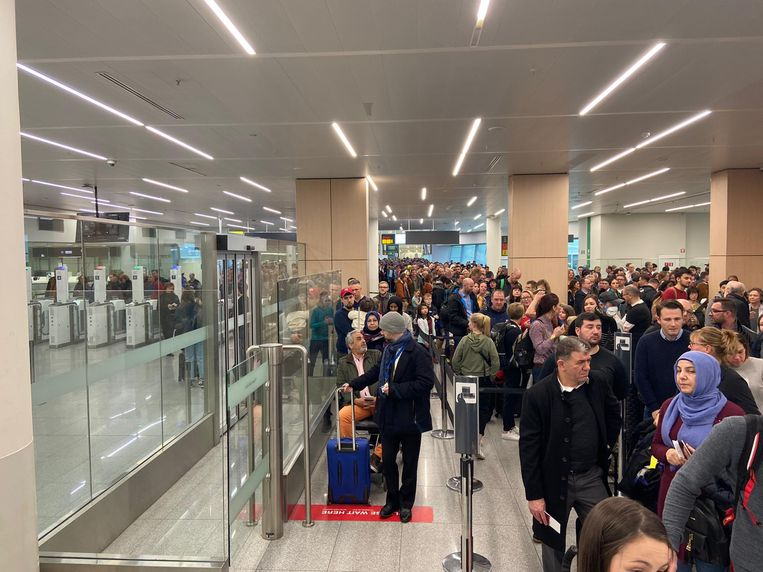 Duizenden passagiers moesten uren geduld uitoefenen door de stiptheidsacties van de politie. De wachttijden liepen maandag op tot twee uur.