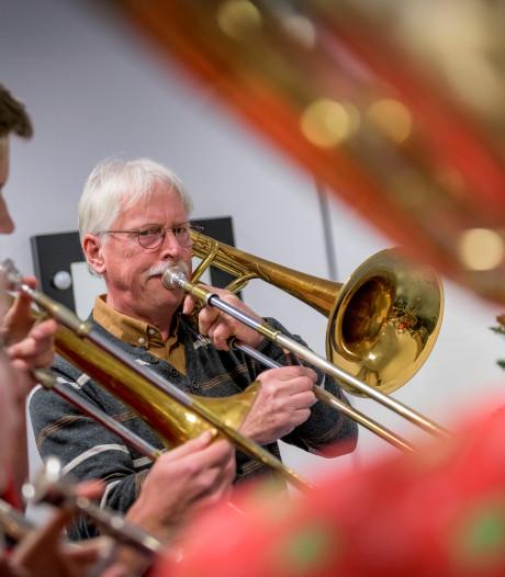 Zwolse muzikant stopt na 60 jaar met lesgeven: 'Maar ik blijf blazen tot ik er bij neerval'