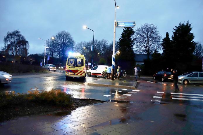 Aan de Hapsebaan met de Jan van Cuijkstraat in Cuijk is een fietster gewond geraakt bij een botsing met een auto.