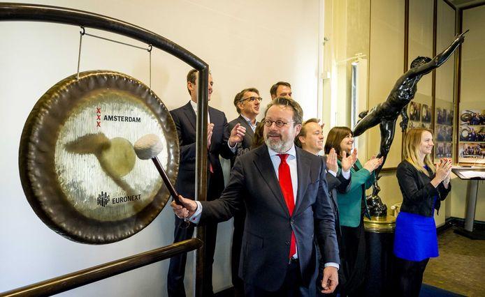 Olaf Sleijpen slaat op de gong van de Amsterdamse beurs.
