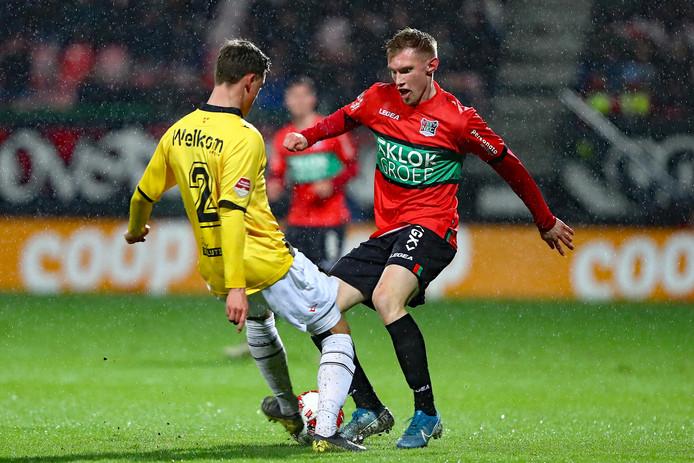 Tom van de Looi van NEC (rechts) in duel met NAC-speler Robin Schouten.