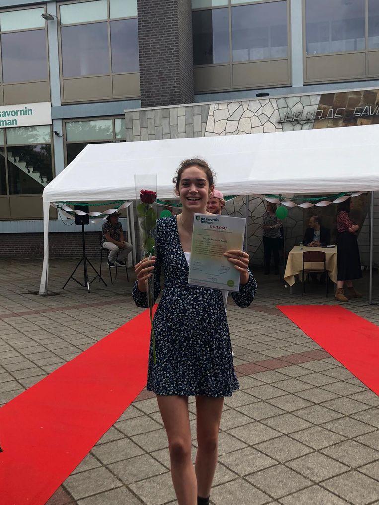 Maartje Kaitjily (16) tijdens haar speciale drive-in diploma-uitreiking. Beeld Maartje Kaitjily