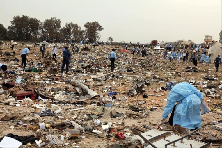Stukken van het neergestorte vliegtuig liggen over de rampplek verspreid. (AFP) Beeld AFP