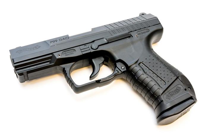 Een airsoftgun, een replica van de Walther 99, het handwapen van de politie (Foto ter illustratie).