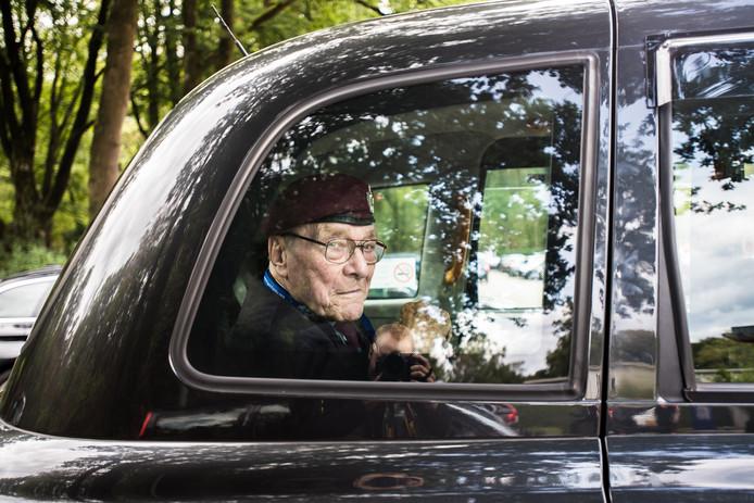 William Gladden (94 jaar) rijdt met de taxi het parkeerterrein bij Fletcher Hotel Doorwerth op.