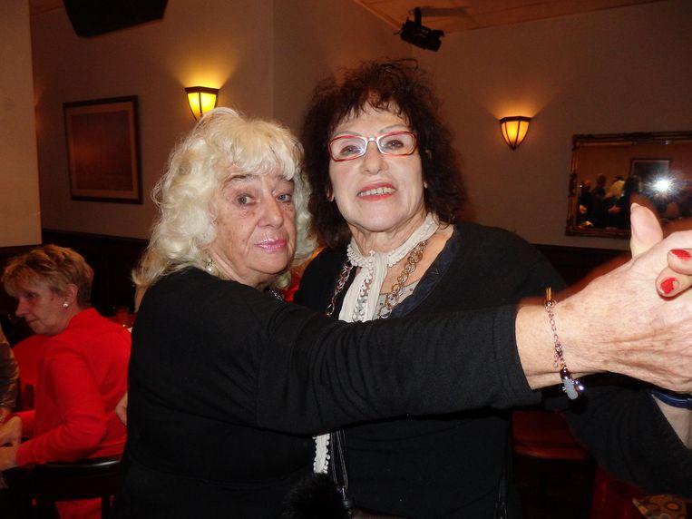 Greta 'Wat een zeperd' Lodder (l) en Margarita Turlings: 'Dit is de rumba. Die moet u ook snel leren. En de chachacha' Beeld Schuim