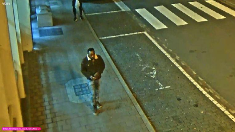 De man werd nog gefilmd aan het station en wordt nu opgespoord door de politie.