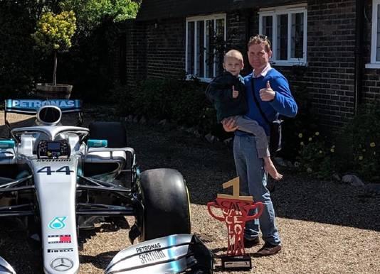 Harry en vader James bij de Formule 1-wagen van Mercedes.