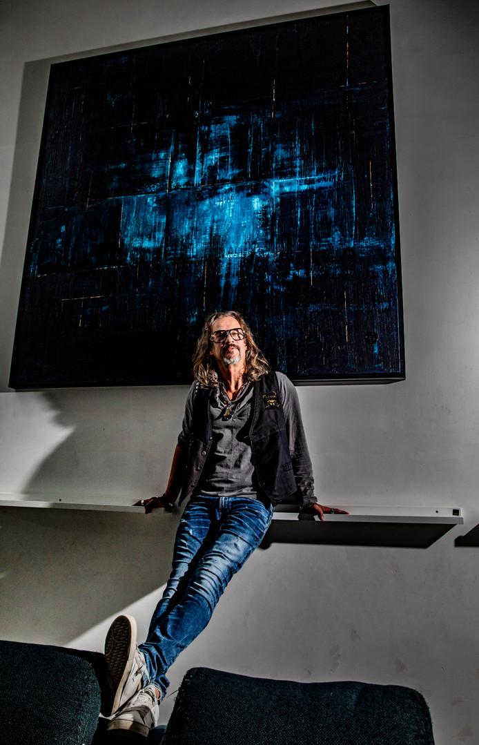 Creatief ontwerper Rep Ringel in zijn huiskamer bij zijn schilderij Arve: ,,Ik moet het nog wegbrengen naar de koper.''