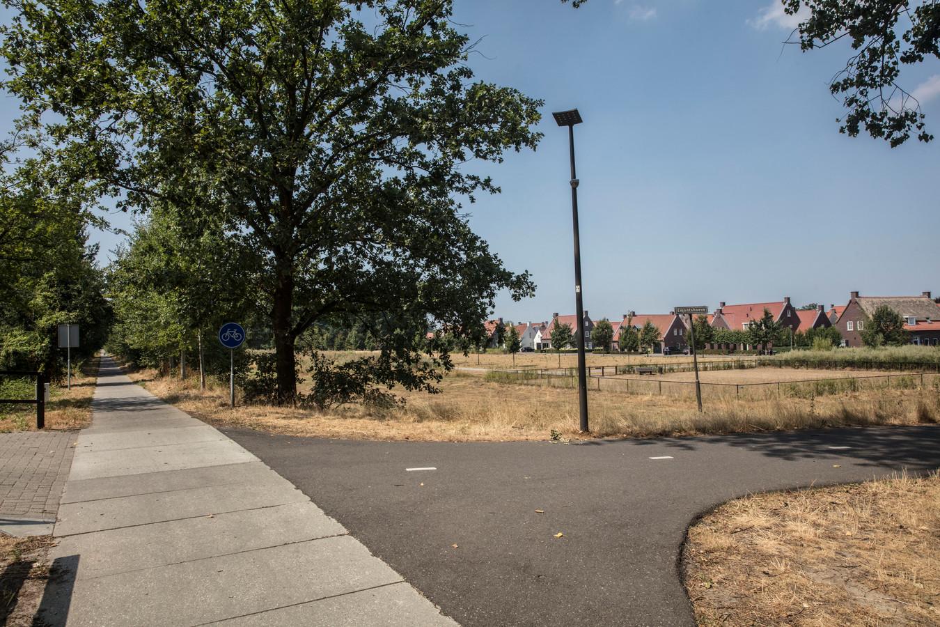 Het fietspad (Kaldersedijk) langs het Eindhovens Kanaal tussen Brandevoort en Mierlo. Tussen het fietspad en de huizen ligt de beoogde strook voor het ondergrondse vervoer van gevaarlijke stoffen.