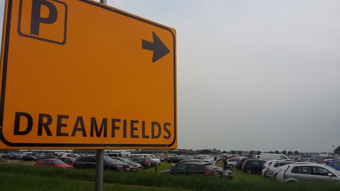 Veel auto's in de weilanden aan de Rivierweg, maar volgens organisator David Brons zijn dit jaar minder bezoekers van Dreamfields Festival met de auto gekomen dan vorig jaar.
