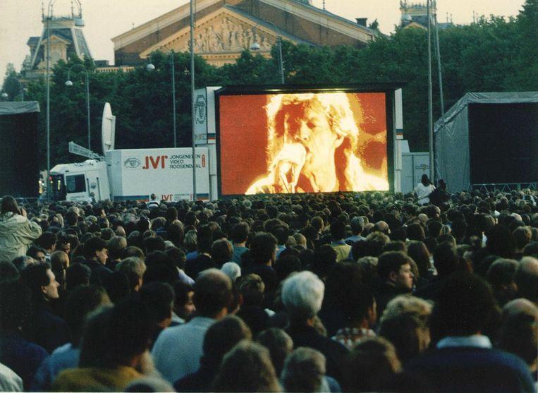 Het concert in Paradiso in 1995 was op een groot videoscherm op het Museumplein te bekijken Beeld ANP