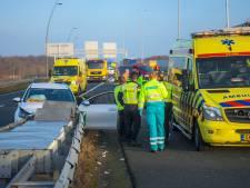 Auto botst tegen vangrail op A50 bij knooppunt Ekkersrijt