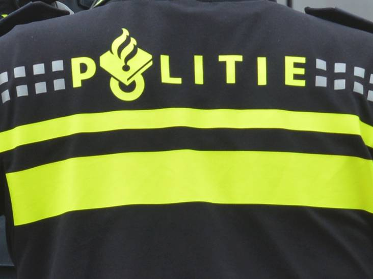 Mannen trekken spandoek van gevel horecazaak tijdens stapavond in Breda