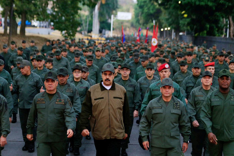 Venezuela's president Nicolas Maduro naast Minister van Defensie Vladimir Padrino Lopez en Remigio Ceballos, stategisch operatie commandant.  Beeld REUTERS