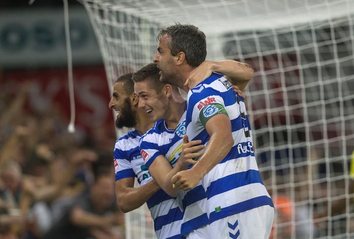 El Jebli, Ralf Seuntjens en Jesse Schuurmanin in hun midden na de 2-0 voor De Graafschap.