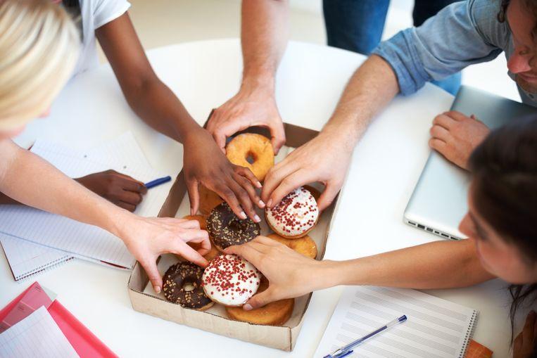 """Uit onderzoek blijkt dat de helft van de Belgen op het werk hun honger stillen met ongezonde snacks. """"Met vaste pauzemomenten kunnen bedrijven hun personeel stimuleren om naar gezonde alternatieven te grijpen"""", zegt een voedingsdeskundige."""