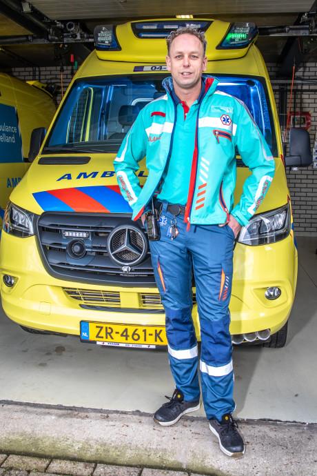 Sander (40) is blij met nieuw ambulance-uniform: 'En deze mag je met carnaval níét aan'