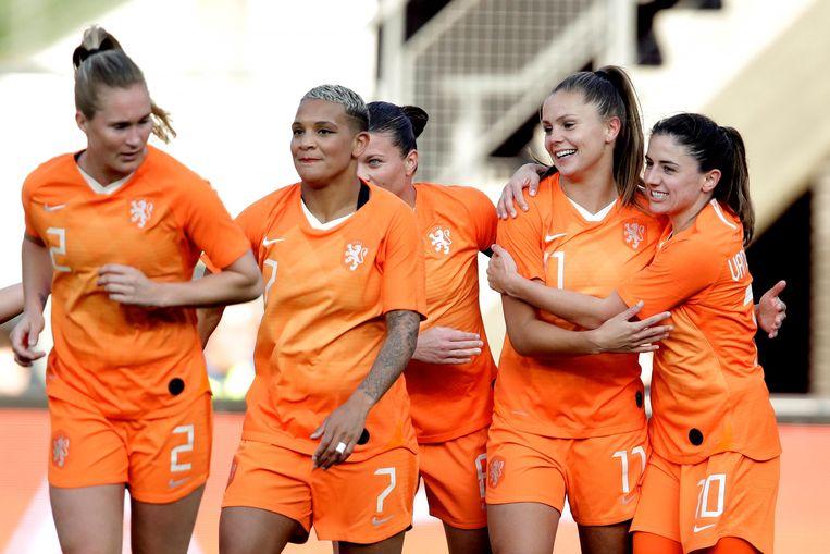 Vreugde bij de speelsters van Oranje tegen Chili (7-0) op 9 april in Alkmaar.  Beeld BSR Agency