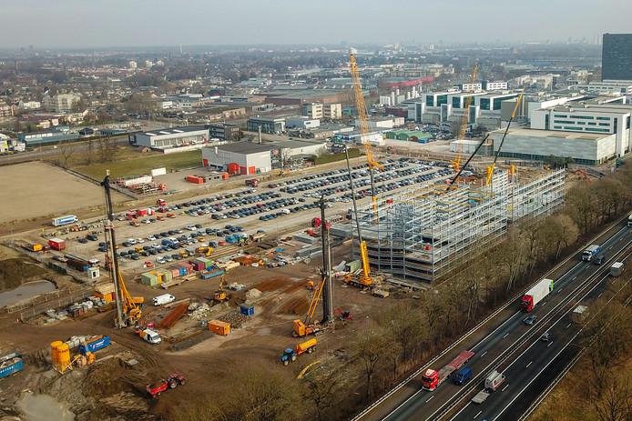 Het terrein van ASML waar de parkeergarage in aanbouw is en daarnaast een groot logistiek gebouw met kantoorruimte komt.
