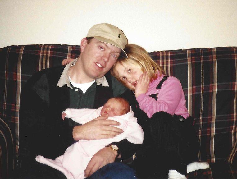Een foto van Patrick Hardison uit betere tijden: in 1999 maakte hij het gezellig met zijn dochters Averi en Alison.
