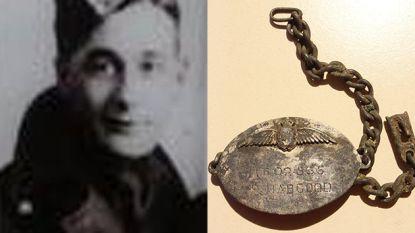 74 jaar na zijn ophanging: armband Brits sergeant gevonden in voormalig concentratiekamp en overhandigd aan familie