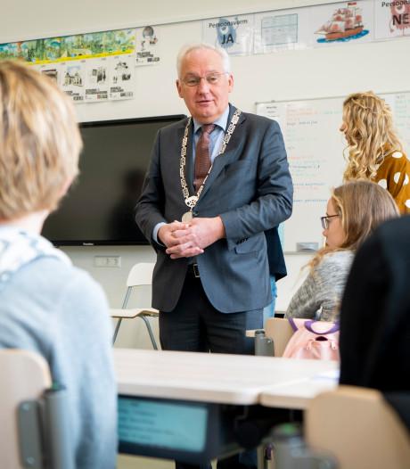 School in Noordeloos duikt een dagje in de politiek: 'Minder ver fietsen naar kamp. Dat wil mijn partij'