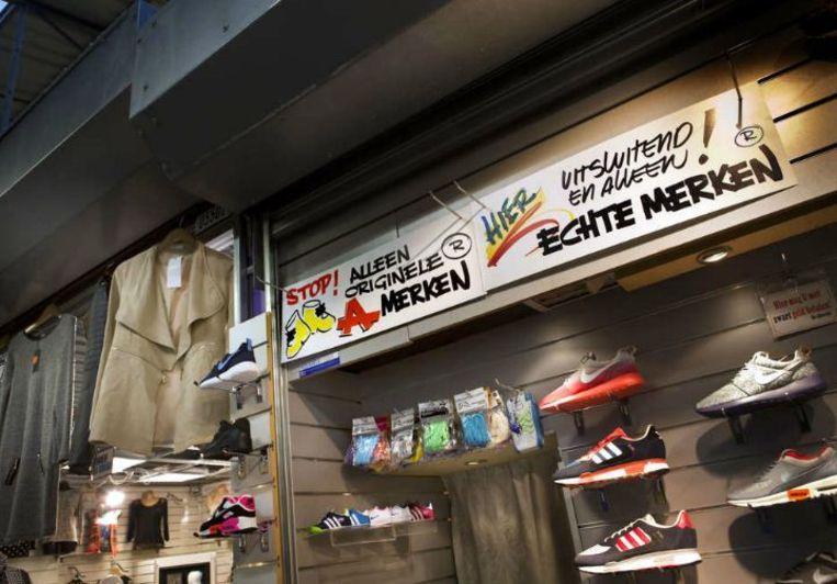 'Wie nu nog de markt op wil met namaakspullen is ook snel weer vertrokken', zegt een winkelier van De Bazaar. Beeld Maarten Hartman