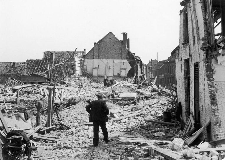 Een beeld van de ravage in de Veldstraat na het bombardement.