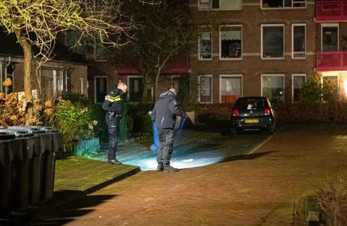 De politie onderzoek de plek waar het slachtoffer gevonden werd in Nunspeet.