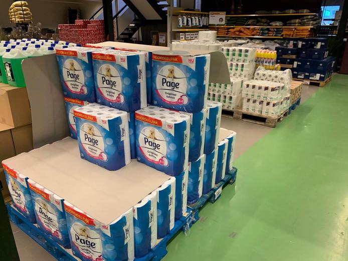 Volle schappen bij Hanos in Zwolle. De groothandel ging ook open voor particulieren.