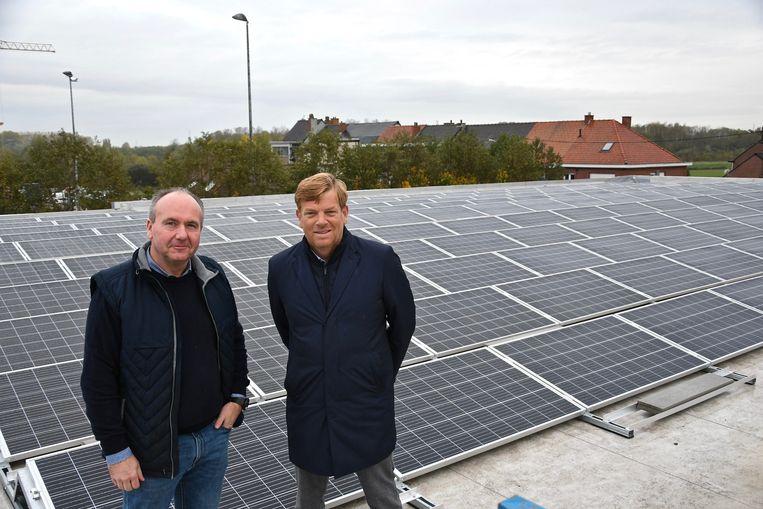 De firma DEVILO NV waar een winkel van de keten Gamma word uitgebaat heeft een investering in zonnepanelen gedaan. Frank Degezelle van EDSS en Benoit Deny van Devilo op het dak van winkel Gamma.