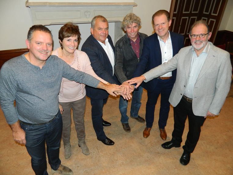 Jan Roets naast het nieuwe schepencollege van Sint-Laureins: Claudine Bonamie, Franki Van de Moere, Carlos Bonamie, Tom Lacres en Hugo Coene.