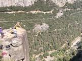 Man springt met één touw van klif