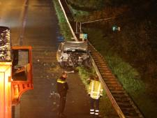 Auto schiet van de rijbaan, raakt de vangrail en spint op de A59